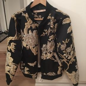 Rue de femme jakke, ny prisen var 600,- og jakken er kun brugt en gang. Perfekt stand. Kom med et bud på jakken hvis Interesseret.