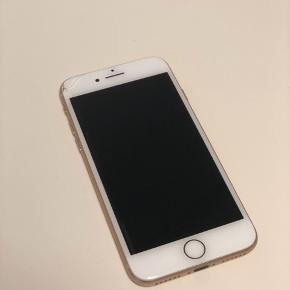 iPhone 8 Gold, 256 gb. Kasse og kvittering medfølger + et cover. Fejler intet udover en lille revne øverst oppe i venstre hjørne. Sælges lige nu til 6.700 kr i power.