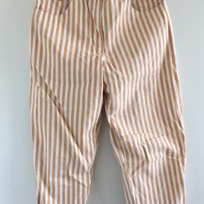 Stribede højtaljede bukser købt i genbrugsbutik i Prag