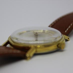 Certina herrearmbåndsur med urkasse af forgyldt stål. Ø34mm.  Two-tone sølvfarvet urskive med logo. Time- minut- og sekundvisere.  Mekanisk urværk med manuelt optræk. Monteret med rem af brunt læder med forgyldt spænde. Fremstår med mindre brugsspor og et par ridser bagpå.  Super flot og velholdt vintage ur som du nok får svært ved at finde andre steder.  Super flot Certina ur.   Kan både bruges af mænd og kvinder. Det er dog lavet som herreur.  Uret holder tiden og går som en drøm. Det holder mere end 1 dag på et optrækning.  Jeg sælger det da jeg desværre ikke får det brugt.
