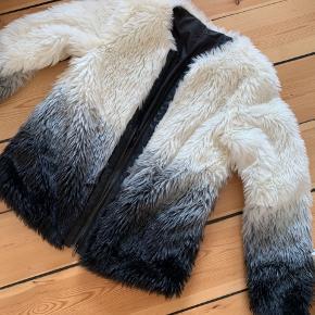 1676d643 Fluffy fake fur jakke købt online hos Veraldo. Str small/medium