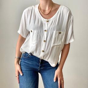 Hvid oversized vintage skjorte.   Pasform: Oversized  Materiale: Viscose Modellens mål: 170 cm høj, str. S   🛍 Faste priser - først til mølle 🛍 Sendes med DAO indenfor 24 timer