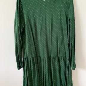 Fineste kjole, kun brugt få gange, fremstår helt som ny. (Ny pris: 800 kr)