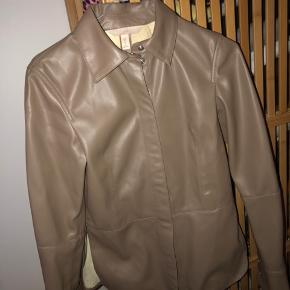 Flot læderskjorte fra H&M. Den sidder rigtig pænt på kroppen. Jeg er selv en str small, og kan sagtens passe den... får den desværre bare ikke brugt nok. BYD :)