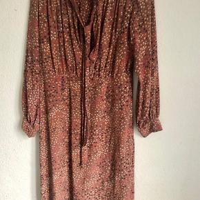 Smuk vintage silkekjole, let figursyet med bindebånd ved halsen. Ingen størrelse i, tænker den passer en 38. 240 pp
