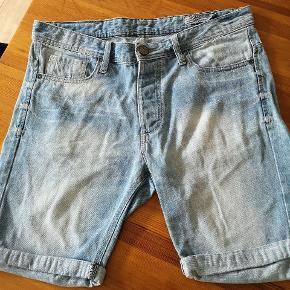 Flot denim shorts med huller som moden er. Lys afbleget med slidte effekter