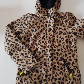 Molo vinterjakke med leopard print. Næsten som ny. Str 164. Nypris 1300 kr.   Køber betaler evt porto. Dao 38 kr.