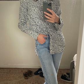 Skjorten er længere end normale skjorter, med en slids i hver side ;))