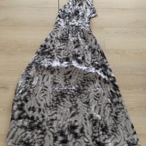 Smuk kjole. Ny med mærke. Bar ryg. Flot fald