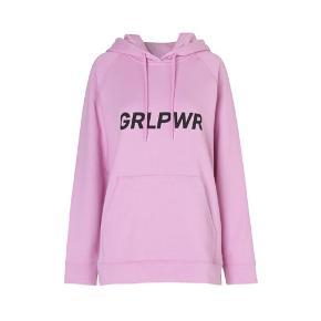"""Mads Nørgaard hættetrøje, model: Romeo Seally. Str. S. God stand!  Den populære """"GRLPWR"""" hættetrøje i den oprindelige farve: lyserød. Trøjen blev lanceret i forbindelse med Kvindernes Internationale Kampdag d. 8. marts 2017"""