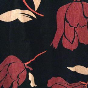 Længde 87 cm. Bryst mål 123 cm målt under ærmerne. To lommer foran. Tunika/kjole.