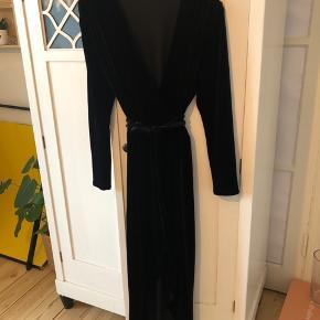 Smuk slå om kjole i velour - str kan selv reguleres da det er med snor i livet :)