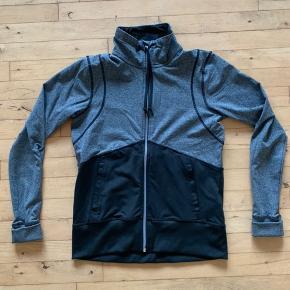 Størrelse: S  Mærke: H&M  Sports trøje i grå/sort  Sender gerne, køber betaler for porto.  Vægt: 355g Porto: 37kr med Dao