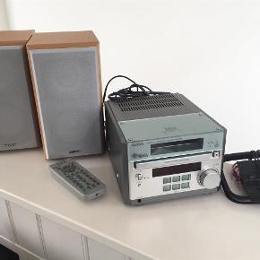 Sælger dette super velholdte Sony micro hi-fi component system CMT-RB5, som har en rigtig god lyd. Har mest stået ubrugt, har oprindeligt kostet ca. 2500 kr. Højttaler er 14 cm bred, 25 cm høj, 21 cm dyb. Anlæg er 18 cm bred, 12 cm høj, 30 cm dyb. Skal kunne afhentes.  Mini Anlæg Farve: -