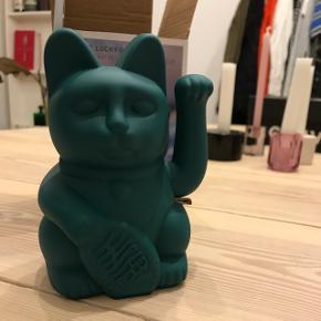 Grøn elektronisk vinke-kat. Aldrig brugt. Kun taget ud af æsken for billedet