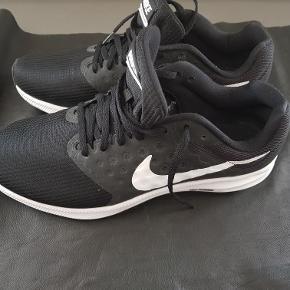 Et par Nike Running - kun været på 2 gange i kort tid, men er desværre ikke så gode til min fod.   Str: US 9,5 - UK 8,5 - EUR 43 - CM 27,5  Pris: 250 kr. PP