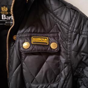 Kviltet Barbour vinterjakke Str XL kids som passer en 158/164  og nok mere 164 plus... Brugt 1 vinter til pænere brug