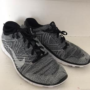 """Rigtig fine sneakers fra Nike. De har et par """"mærker/huller"""" på hver snude men de fungere rigtig fint. De er kommet da skoene var en anelse for små til mig. Derfor brugt meget sparsomt."""