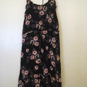 Lang (går ned over knæene) sommerkjole fra PIECES. Aldrig brugt. Prisen fra ny var 349,95,-