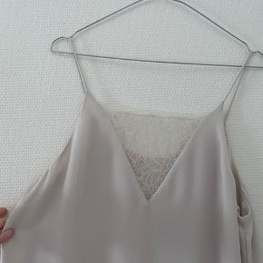 Super fin top med blonder fra Samsøe Samsøe🌸  Er aldrig blevet brugt 🌸 Str. L men passer fint en M også    #30dayssellout