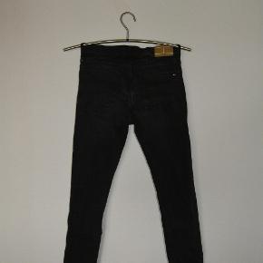 Jeans fra Tommy Hilfiger, med elastik i livet og masser af stretch i stoffet. Som afbillede