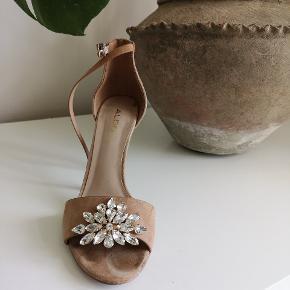 Shoe clips til at pifte stiletten eller sandalen op. De kan sættes på forskellige måder og er lige til at tage af og på med en klemme.