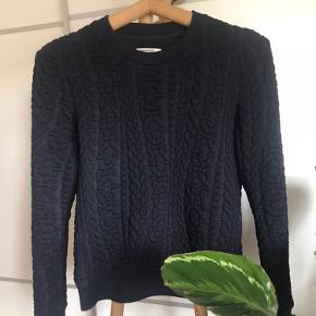 super flot og blød sweater/bluse fra Baum und pferdgarten af blandingsprodukt med 7% uld. Holder en aldeles varm.  Prøves i Roskilde eller sendes med dao.