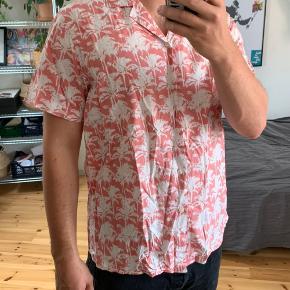 SAMSØE SOMMER SKJORTE STR: XL men fitter småt  Perfekt sommer skjorte fra samsøe, lækker stof til varmen, ret nice🦩