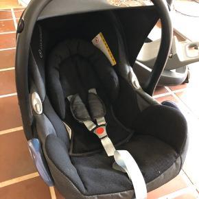 Maxi Cosi Cabriofix + 2 baser (Easyfix og Familyfix.  Brugt til 2 børn, aldrig været i uheld. Fra røg + dyrefrit hjem