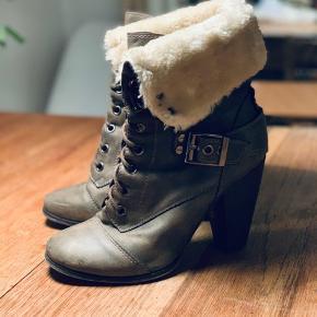 Mørkegrå mega fede skin støvler med for. De har snøre hele vejen op og fede detaljer med spænder, og så kan de foldes op eller ned som man ønsker. De har lidt slid på snuden, men det passer til det lidt rå look