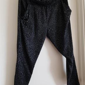 Varetype: Bukser Farve: sortgrå Prisen angivet er inklusiv forsendelse.