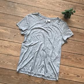 🙏🏼 ALT SKAL VÆK - SÆLGER BILLIGT 🙏🏼  👗 Fin gråmeleret t-shirt  👠 H&M 👚 Str. M 👑 Standen er fin    🔥Se også mine mange andre annoncer og følg mig gerne - der kommer løbende nyt🔥