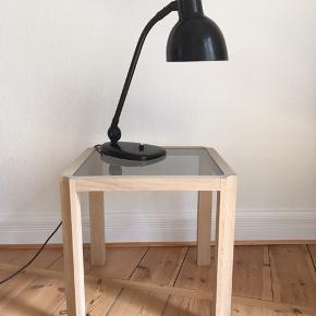 Super flot vintage / retro bauhaus bordlampe / skrivebordslampe i sort lakering. Ca. midten af 1900-tallet.  Patina, i form af mindre ridser og brugsspor.  H: 52 cm Kan afhentes i Århus eller sendes.