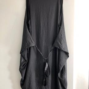 Varetype: Kjole i shiny stof og bindebånd Farve: Sort  Oversize kjole med bindebånd så man kan stramme den ind. Shiny sort på front og mat sort bagpå. Skjulte Knapper foran. Jeg er en str 40 foroven og en str 42 forneden og den passer mig fint :  Mål taget ustrakt  Bryst 104 Talje og Hofte fri pga snittet i kjolen Omkreds forneden 106cm Længde fra skulder og ned foran 95  Bytter ikke så lad venligst være med at spørge