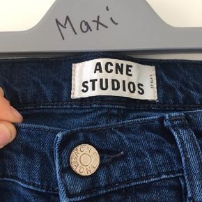 Acne Studios Jeans Stand: 8,5/10 (ingen tegn på slid) Str: 33/32 Materiale: 98% bomuld og 2% elastan  Pris: 400kr eller smid bud i Pb Egentlig et sygt steal, da nypris ligger på omkring de 1600kr