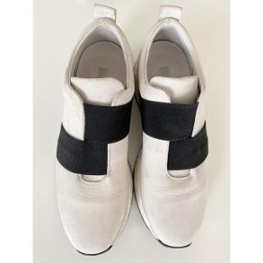 Fede hvide sneakers med sorte elastikker fra Blue on Blue. Str. 37. Gode at have på. I skind. God men brugt, da der desværre er lidt mærker indvendigt. Lægges ikke så meget mærke til i brug. Kan evt. fjernes med viskelæder eller lign. Nypris 999,-