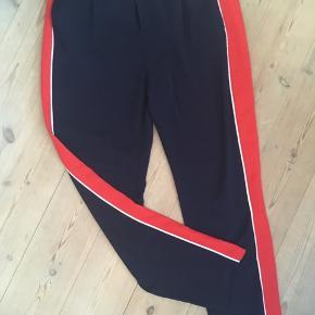 Blå bukser med rød stribe fra Envii. Kun brugt et par gange.  Afhentes Kbh S.