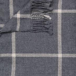 Brand: Aiayu, Elisabeth tæppe Varetype: Plaid, Aiayu Størrelse: 170x240 Farve: Grå tern Oprindelig købspris: 3495 kr. LISABETH er et klassisk tæppe vævet med brede tern i eksklusiv llama-uld. Tæppet har dekorative, håndbundne frynser. Blød og elegant home accessory.  Smukkeste plaid fra Aiayu. Aldrig renset/vasket - ikke rygerhjem - ingen dyr.   Giver 10 pct. rabat via mobilepay, ikke interesseret i at bytte med andre varer - rydder op.