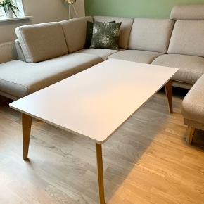 Sofabord sælges.   Bordpladen er af højtrykslaminat og benene af massiv er. Der er meget få ridser på bordpladen, men det er ikke noget der ses, hvis man ikke ved de er der.   Mål: 135*90 cm og 50 cm i højden.   Nypris var 1599kr   Sælges for 800kr.