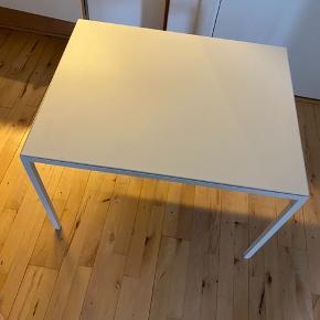 Sofabord med vendbar bordplade, så kan man vælge mellem hvid og grå. På den grå side er der et mærke (se på billede) om det kan komme af ved jeg ikke.