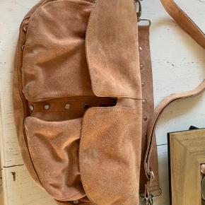 Få mærker i bunden af tasken, ellers super god stand. Mærket er Unlimit og er i brun ruskind.  Kom med et bud :)