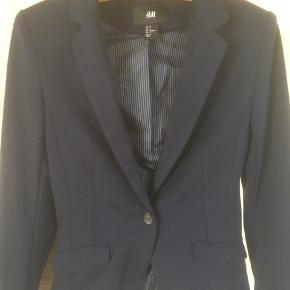 Mærke: H&M Størrelse: 34 Farce: blå Jakke: Blød foret klassisk jakke   Materiale: 72% Polyester, 21% Viscose og 4% Elastan Næsten som ny  Sælges 50 kr  Bytter ikke Sætter pris på tilfredse købere