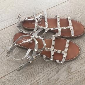 Super hotte sandaler str 40.  Super behagelige at have på . Har dem også til salg i str 39. (Mor datter sandal) . Tryk på anmod om køb så står beløbet inkl ts gebyr der.