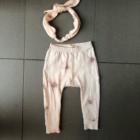 Sødeste bukser og hårbånd i str 6-9 mdr. Hårbåndet har ikke nogen str og har aldrig været brugt. Mp 90 kr for begge