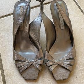 Flotte stiletter fra Pura Lopez i sølvgrå Np 1250kr, haft dem på en gang og kan ses lidt under skoen hvor man træder, men ellers super fine :)