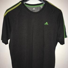 Lækker mørkegrå herre t-shirt med grønne striber fra Adidas ClimaLite str. L. Fra røgfrit hjem.