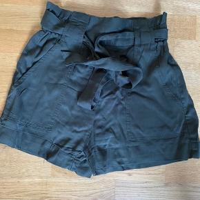 Fine løse shorts fra H&M, str. 34. Der er elastik og bindebånd i taljen, så str. er forholdsvis fleksibel.  Aldrig brugt, kun prøvet. Nu ligger de bare, hvilket er synd.
