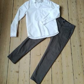 Super pænt sæt grå chinoes og hvid skjorte, skjorte  brugt 1 gang og bukser måske 3. Sendes med dao 38 kr. Prisen er fast