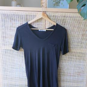 Nedringet t-shirt fra T by Alexander Wang størrelse xs.  T-shirten er brugt 2-3 gange og er i rigtig fin stand, stort set som ny.  Sælger for 350 kr. plus fragt.