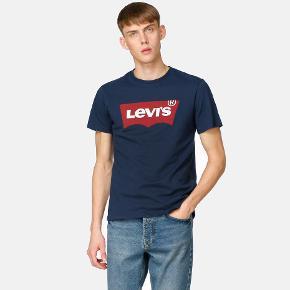 T-Shirt - Graphic Set-In Farve: Dress Blues Varenr: 1006746401 T-Shirt fra Levis med tryk foran.  Materiale: 100% Bomuld. A